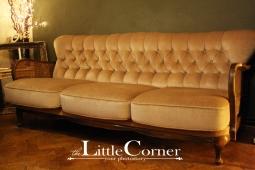 Canapea stil de 3 locuri, tapisată cu catifea în culoare bej cu mânere din plasă rattan vienez, spătar tip Chesterfield
